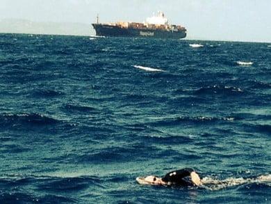 En plena travesía. Leporace cruza a nado el Estrecho de Gibraltar, desafiando las cambiantes corrientes para tocar la costa africana