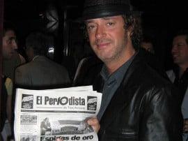 """En 2008, Gustavo Cerati posó en Buenos Aires con un ejemplar de """"El Periodista de Tres Arroyos"""". Una imagen muy apreciada por quienes hacemos este periódico"""