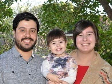 Eduardo y Martina se conocieron en Buenos Aires, en una fiesta de extranjeros en la que ella era la única argentina. Hoy son los papás de Simona
