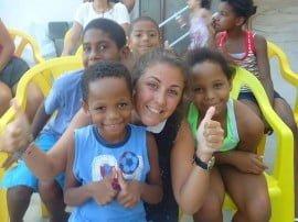 Niños de la favela Santa Marta con Aldana Fagalde, en el día del Show de Talentos con la comunidad