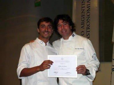 Arturo Larrabure se formó en el Instituto Argentino de Gastronomía que dirige Ariel Rodríguez Palacios, quien lo acompaña en la fotografía