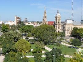 Vista panorámica de la Plaza San Martín, en pleno centro de Tres Arroyos. En la imagen se recortan el Palacio Municipal y la Iglesia Nuestra Señora del Carmen