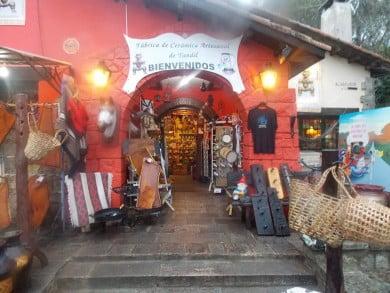 """A los pies del Calvario se erige un enorme local de venta de objetos regionales de cerámica artesanal que se llama """"Barros Argentinos"""". El dueño es el tresarroyense Martín Sequeira"""