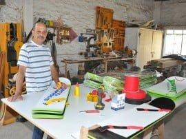 Un hábil carpintero tresarroyense, Daniel Mohamed, se entusiasmó y decidió destinar tiempo extra de su labor cotidiana al armado de tablas para diversión en la arena