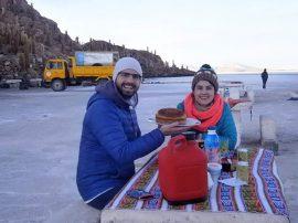 Leandro y Tatiana comparten un desayuno en el Salar de Uyuni