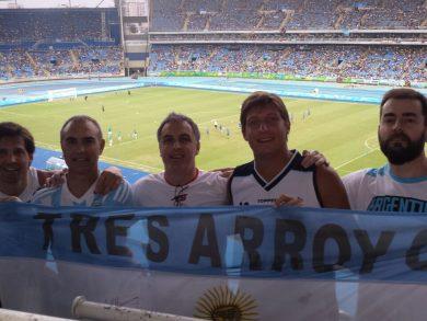 Tresarroyenses y una bandera que los identifica como tal en los Juegos Olímpicos de Río de Janeiro