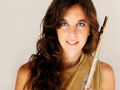 Luciana Fernunson comenzó su camino musical con la flauta siendo una niña. Luego llegaría a la Orquesta Académica del Teatro Colón, a un master en Estados Unidos y a España, donde ahora vive