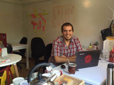 """Diego Fernández en la oficina de """"Valor Percibido"""", la consultora para la que trabaja en Bogotá, Colombia"""