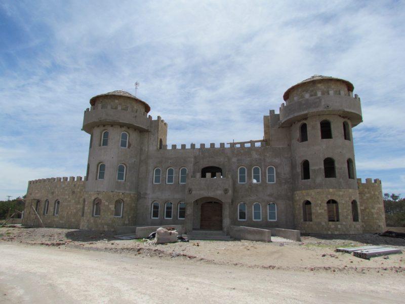 En unos seis meses, el castillo de Claromecó podrá disfrutarse en todo su esplendor. En la actualidad, la obra sigue avanzando con la cobertura de todo el exterior con piedras