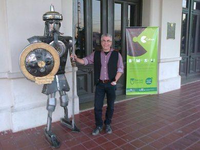 Fredes emplea hierro reciclado para sus esculturas, algunas de ellas de tamaño imponente