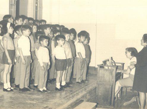 Tiempo de cantar. Los residentes del Hogar y su clase de música y coro, con la esposa del mayor De los Santos y una profesora de música