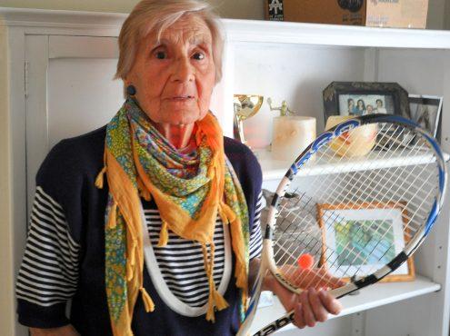 """Alicia Ochandio, para muchos """"la Nona"""" o """"Monin"""", es todo un ejemplo de vida. A sus 82 años, todavía sigue jugando al tenis"""