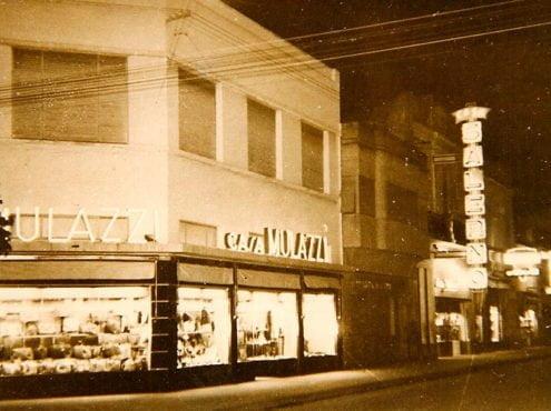Nostálgica imagen del centro de Tres Arroyos iluminado por carteles de neón