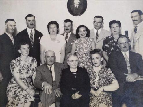 La abuela Catalina, rodeada de sus doce hijos: Pedro, Pancha, Garuga, Otilia, Quico, Salvo, Quela, Toto, Queta, Otto, Abel y Cachi (presidiendo la foto del abuelo Francisco)