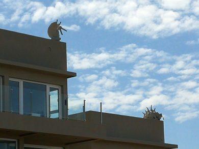 Una magnífica casa se erige frente al mar en Claromecó, pero a diferencia de otras, cuatro criaturas inquietantes presiden desde los techos cada una de las esquinas