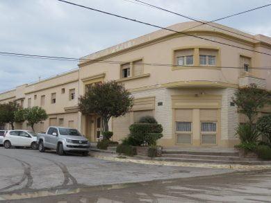 """El edificio del """"Hotel Claromecó"""" tiene capacidad para albergar alrededor de 100 pasajeros, según la distribución de la demanda"""