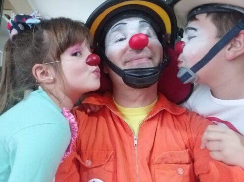 Tarde o temprano, a costa de compartir con él espectáculos y bambalinas, rutinas de maquillaje y viajes, los hijos de Gerardo Christensen se iban a calzar la nariz colorada