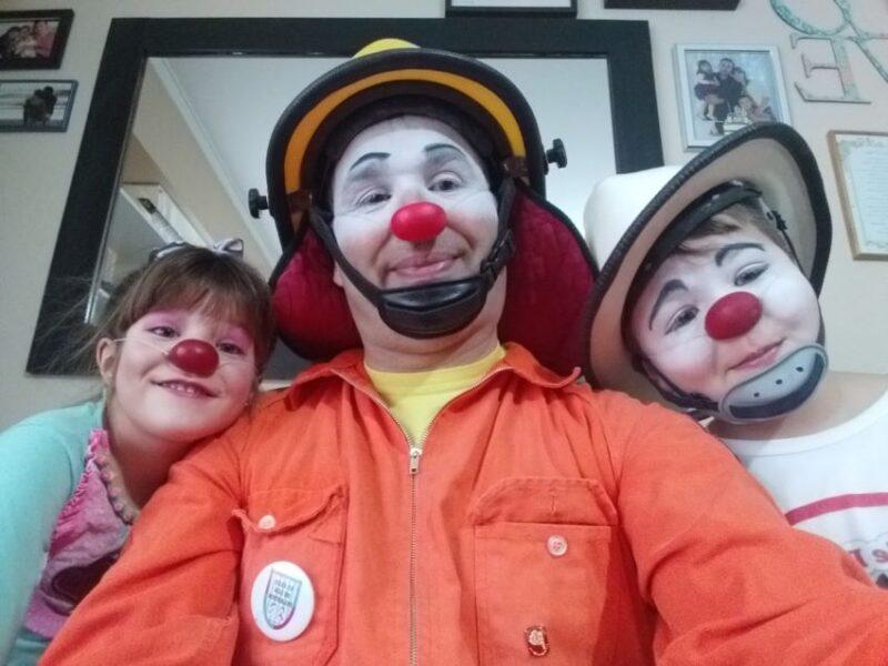 Gerardo Christensen y sus hijos Tomás y Pilar comparten la actividad solidaria de las