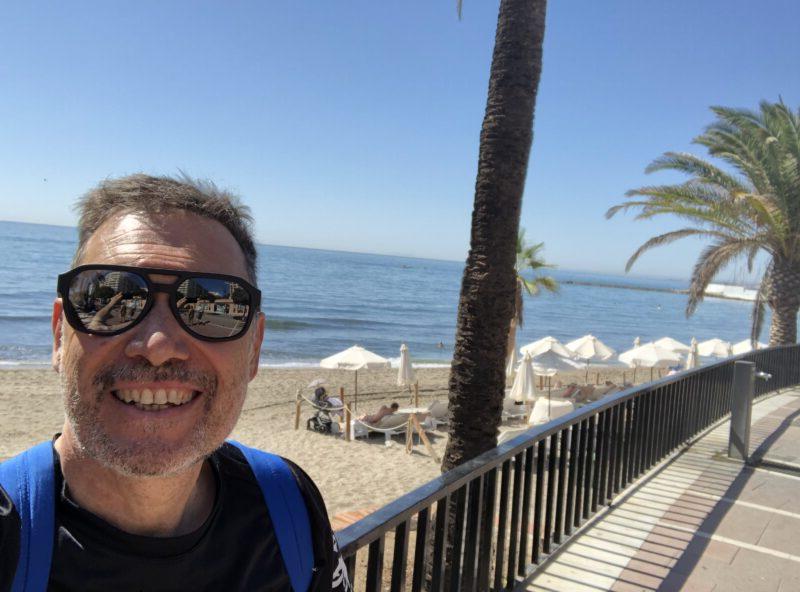 En Marbella, España, el dermatólogo tresarroyense visita a su amigo Roberto Rudski