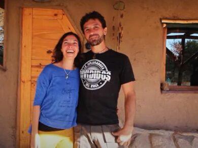Lorena Fernández y Mariano Elgue conforman una joven pareja de tresarroyenses que hace siete años decidió cambiar de rumbo. Hoy viven en pleno monte puntano