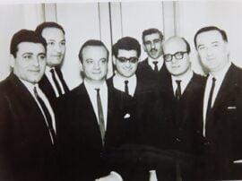 De izquierda a derecha aparecen esa noche en Tres Arroyos, Leonel Elías, Felipe Etchegoyen, Astor Piazzolla, Luis Cousseau, Mario Donegana (h), Carlos Marcos y Jaime Gosis. (FOTO DE LA COLECCIÓN DE ANDRES ERREA)