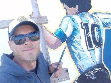 Pedro Millenaar y su Maradona plasmado en la cancha de Villa del Parque