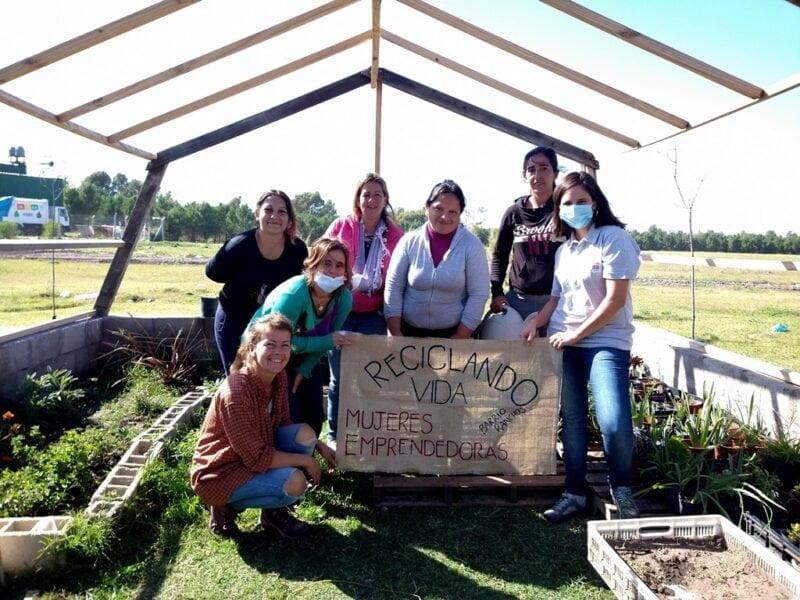 En el ex basural, un grupo de mujeres provenientes del barrio Los Ranchos de la Virgen de Luján armaron un vivero para trabajar y tener una fuente de ingreso