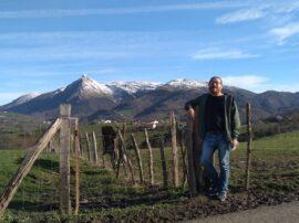 Alfredo Laborde y el paisaje montañoso de Lazkaomendi, con el monte Txindoki en el horizonte