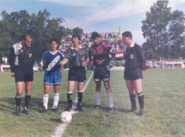 En el año 1995 se disputaba la final de Selecciones Sub15. En la imagen aparecen el arquero Maxi Amestoy, capitán del Seleccionado local, y su par del elenco de 9 de Julio, Aguirregaray