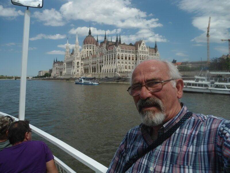 Omar Valetti y de fondo el impactante edificio del Parlamento de Budapest