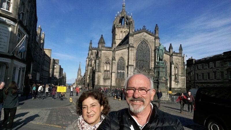 Valetti y su esposa Liliana Iriarte en una maravillosa postal de la Royal Miles Street, en Edimburgo