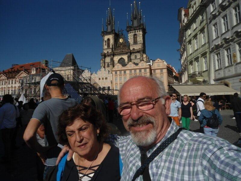 Omar y Liliana en la plaza del Ayuntamiento, en Praga