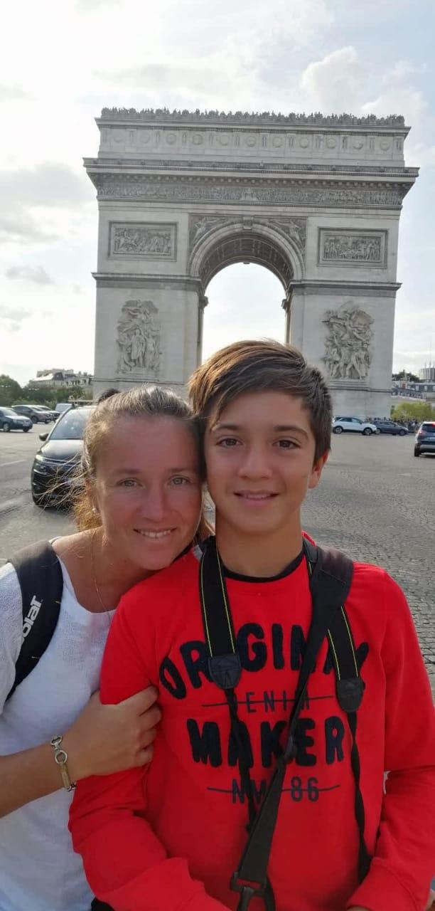 Albertina y Bautista con el Arco del Triunfo, todo un símbolo de los sueños que se propusieron  lograron alcanzar