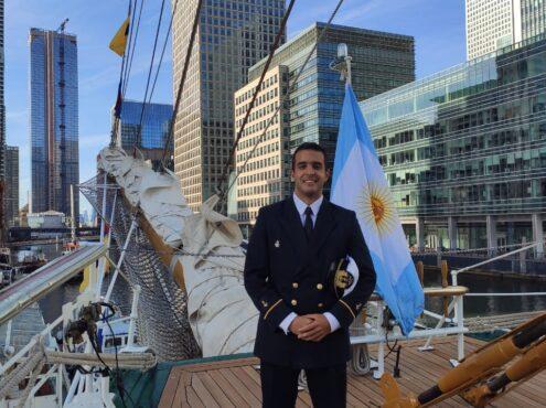 Santiago Pazos, nacido en Tres Arroyos hace 26 años, llegó hace unos meses del último periplo internacional del célebre buque insignia de la Armada