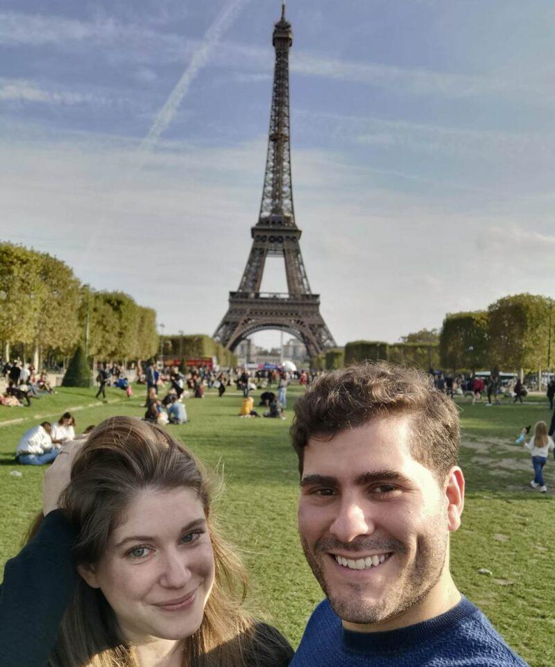 La postal de París: Luciano y Ziomara con la Torre Eiffel de fondo