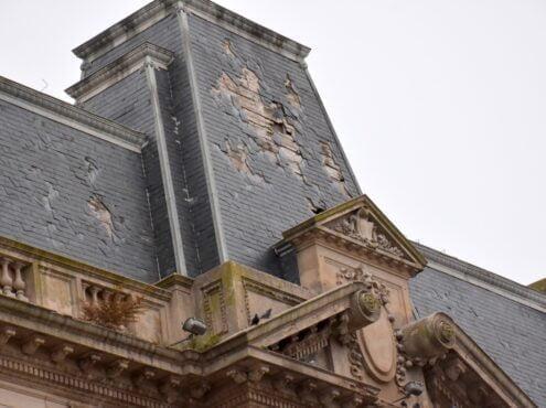 """Declarada """"monumento histórico"""" desde 2016 por una ley provincial, y amparada por dos ordenanzas municipales en similar sentido, el estado edilicio de La Previsión es lamentable El desprendimiento de pizarras del techo del edificio obligó a colocar una suerte"""